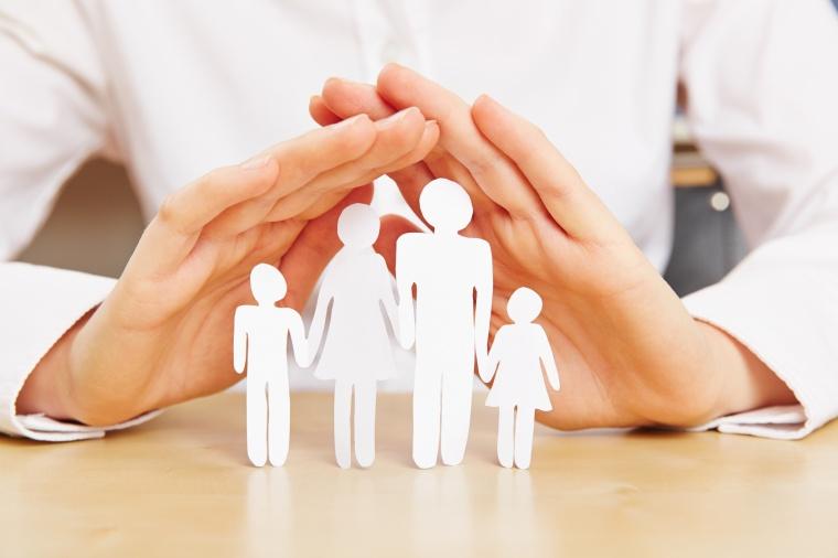Hände schützen Familie